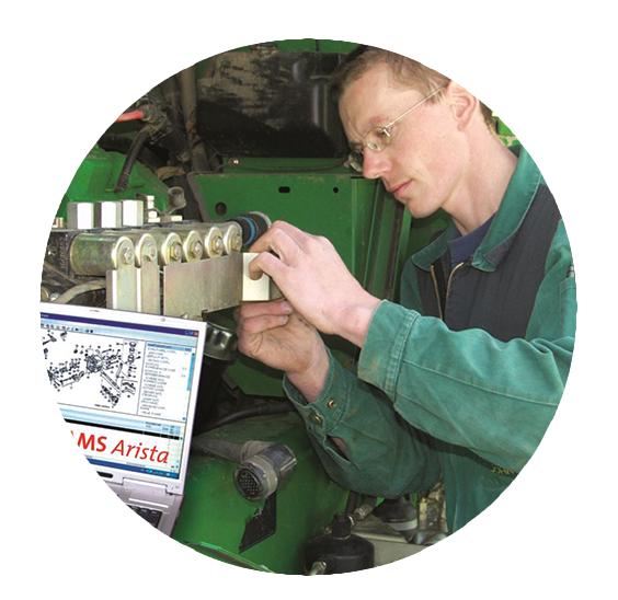 Mechaniker arbeitet mit Laptop und Software AMS Arista an einem grünen Schlepper
